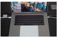 hands-on-macbook-pro-2017-view-with-trackpad